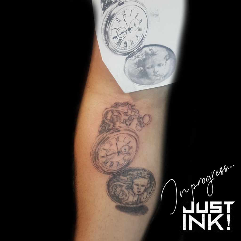 Work in progress - realistische tattoo vintage horloge met cerubijn in verwerkt